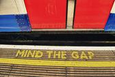 Importe de gap, advertencia en el metro de Londres — Foto de Stock