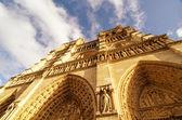 Opwaartse straat bekijken van notre dame kathedraal in parijs — Stok fotoğraf