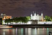 夜 - ロンドン ロンドン塔とテムズ川の川 — ストック写真