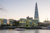 London Skyline at Dusk with City Hall and Modern Buildings, Rive — Stock Photo