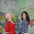 Girl Poses alongside Marylin Monroe inside Wax Museum in NYC — Stock Photo #14061095