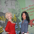 Girl Poses alongside Marylin Monroe inside Wax Museum in NYC — Stock Photo