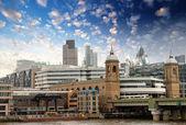 City of london mit wolken und finanzzentrum canary wharf an — Stockfoto