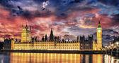 Big Ben and House of Parliament at River Thames International La — Stockfoto