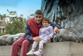 Baby with father playing at the base of Nelson Column in Trafalg — Stock Photo