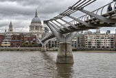 City of London, Millennium bridge and St. Paul's cathedral on a — Stock Photo