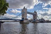 Yan görünümü ile thames nehri'nin, london tower bridge — Stok fotoğraf