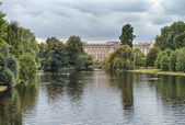 Buckingham Palace and gardens in London in a overcast autumn day — Stock Photo
