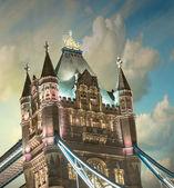 Luces y colores del puente de la torre al atardecer con nubes - londres — Foto de Stock