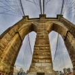 leistungsfähige Struktur der Brooklyn Bridge in New York City im winter — Lizenzfreies Foto