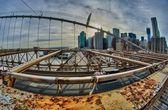 Dettaglio architettonico di brooklyn bridge con skyline di manhattan — Foto Stock