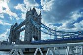 Slavný tower bridge v slunečného podzimního rána, londýn, anglie — Stock fotografie