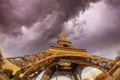 Beautiful photo of the Eiffel tower in Paris — Stock Photo