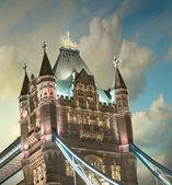 灯光和颜色在夕阳与云-伦敦塔桥 — 图库照片