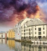 Malý přístav v centru města alesund, s odrazy - norsko — Stock fotografie