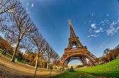La tour eiffel - mooie winterdag in parijs, de toren van eiffel — Stockfoto
