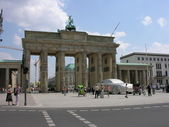 Berlin: Tourists walk in front of Brandenburg Gate — Stock Photo