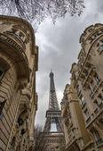 Paris-gebäude mit eiffel-turm in der mitte — Stockfoto