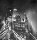 Storm over toren brug bij nacht - londen — Stockfoto