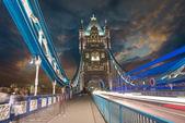 W nocy z samochodu światło trasy - london Southwark — Zdjęcie stockowe