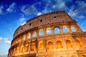 Lindo céu dramático sobre coliseu de roma — Foto Stock