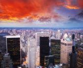 高層ビルや街のスカイラインとの夜にダウンタウンの航空写真ビュー — ストック写真