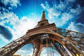 Paris. schöne aussicht auf den eiffelturm mit himmel sonnenuntergang farben. — Stockfoto