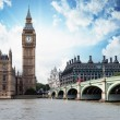 The Big Ben, the Houses of Parliament and Westminster Bridge in — Stok fotoğraf #17999635