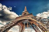 Paris. belle vue sur la tour eiffel avec les couleurs du coucher du soleil du ciel — Photo