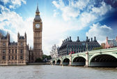 The Big Ben, the Houses of Parliament and Westminster Bridge in — Stock Photo