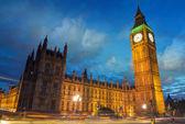 Big ben e a casa do Parlamento ao entardecer da ponte de westminster — Fotografia Stock