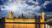 Big ben y la casa del parlamento en la internacional río támesis — Foto de Stock