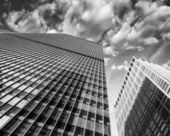 Modernos rascacielos con cielo dramático — Foto de Stock