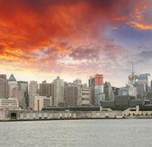 Manhattan. Beautiful sky colors over New York City skyscrapers, — Stock Photo