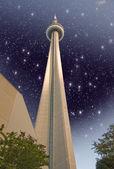 Toronto - 29 de jun: colores del cielo sobre la torre cn en un día de verano, junio — Foto de Stock