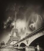 Tempestade acima torre eiffel em paris — Fotografia Stock