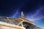 在巴黎埃菲尔铁塔。接近城市的雷暴 — 图库照片