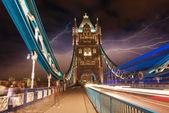 Tower bridge at night met auto licht paden - londen. — Stockfoto