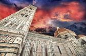 Colores hermoso cielo sobre iglesia de la catedral. catedral, la basílica di s — Foto de Stock