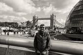 Turista disfrutando con vistas al puente torre de londres — Foto de Stock