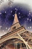Colores maravilloso cielo por encima de la torre eiffel. la torre eiffel en parís — Foto de Stock