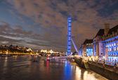 Londýnské oko - dramatický noční snímek s plnou temže a budov — Stock fotografie