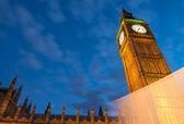 Big ben en kamer van het parlement, prachtige nacht weergave met blurr — Stockfoto