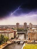 Luchtfoto van Berlijn en spree rivier met storm — Stockfoto