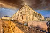 巴黎和卢浮宫建筑物的美丽日落颜色是 — 图库照片