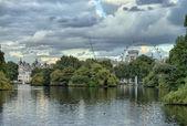 Buckingham palace e giardini di londra in un giorno d'autunno nuvoloso — Foto Stock