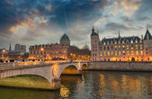 Beautiful colors of Napoleon Bridge at dusk with Seine river - P — Zdjęcie stockowe