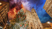 フィレンツェ。ドゥオーモ広場の美しい冬の色 — ストック写真