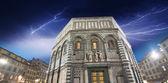 Vista hermosa noche del baptisterio en piazza del duomo — Foto de Stock
