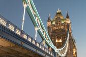 Wunderbare farben und lichter der tower bridge in der abenddämmerung - london — Stockfoto